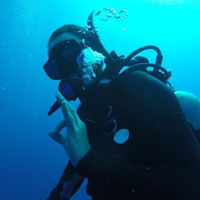 Un joven realizando actividades de buceo como parte de su voluntariado ambiental en Belice.